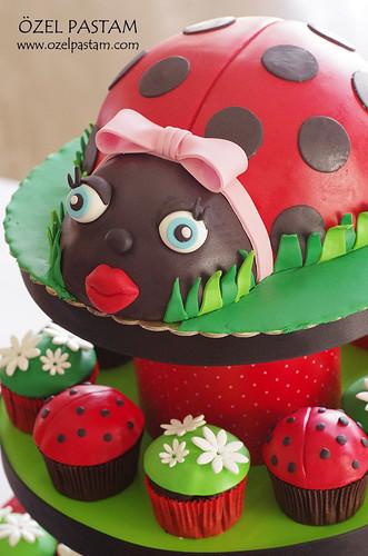 Uğur Böceği Cupcake Kulesi
