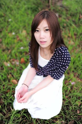 無料写真素材, 人物, 女性  アジア, 人物  草原, 台湾人, シャツ・ブラウス, 女性  座る