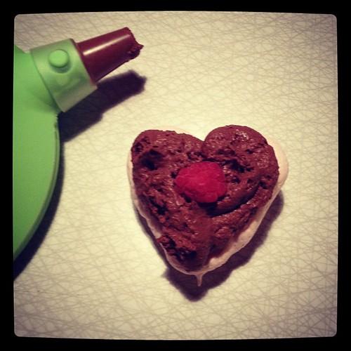 Chokladmousse och hallon som fyllning