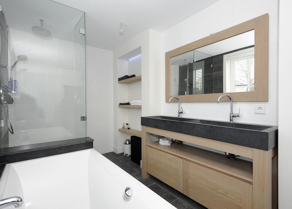 Badkamer hout geef je badkamer wat extra s met hout - Foto badkamer meubels ...