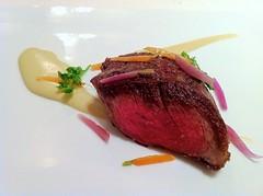 Pieza de cerdo ibérico, zanahorias y emulsión de alcachofas