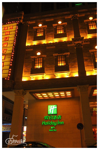 holiday inn by night