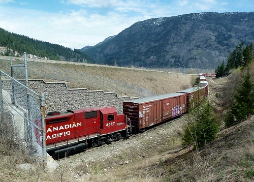 railroad canada train bc railway cpr freight boxcars castlegar gp382 yardengine p1200975 cp3087