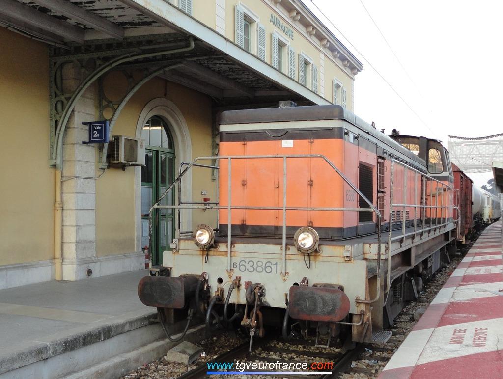 Une locomotive Diesel de manoeuvre BB 63500 de l'Activité Infra SNCF en tête d'une rame TDGR (train désherbeur à grand rendement)