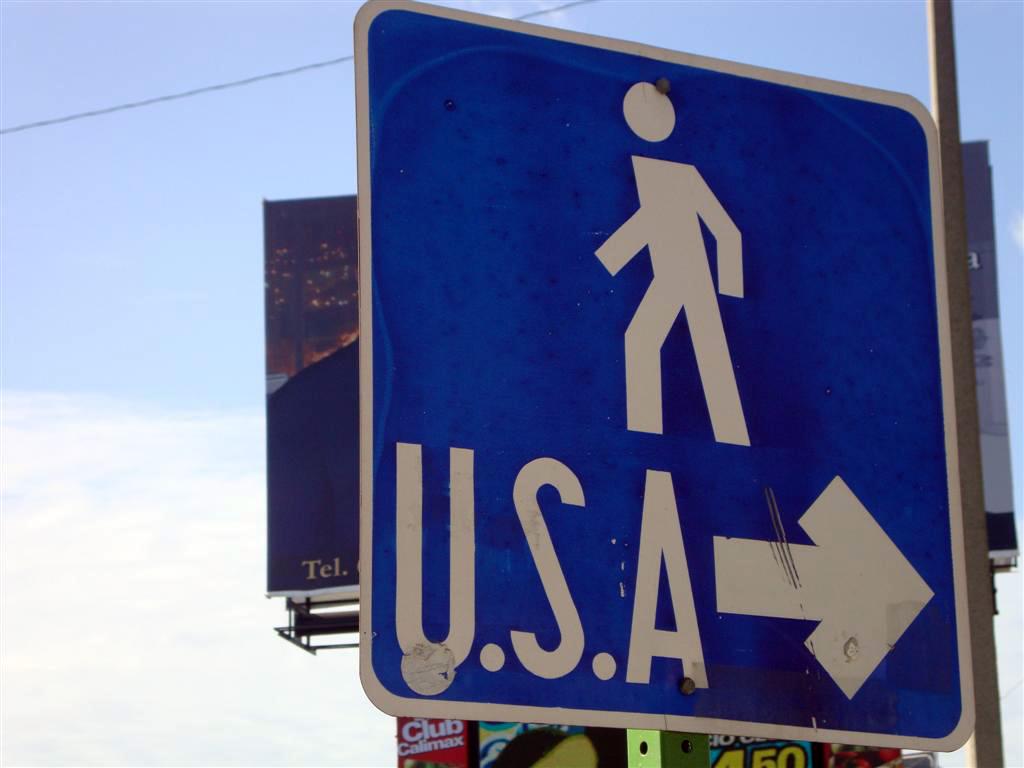 """Indicación del camino fronterizo a USA Tijuana, La ciudad frontera con """"otro mundo"""" - 6786141592 6391391706 o - Tijuana, La ciudad frontera con """"otro mundo"""""""