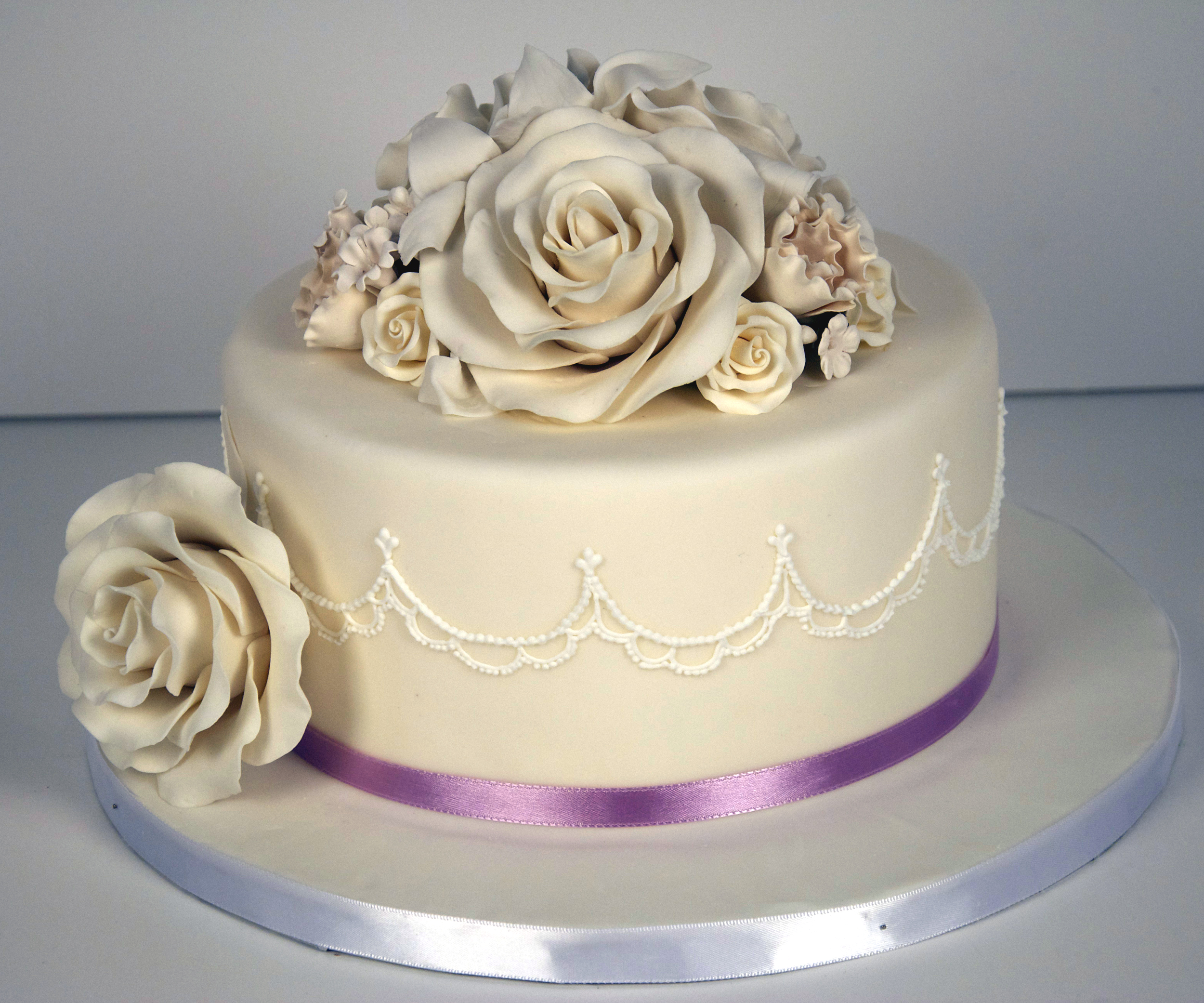W9077 delicate piped rose wedding cake