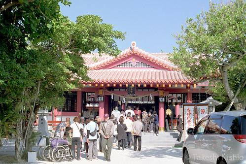 にぎわう拝殿 / crowded shrine