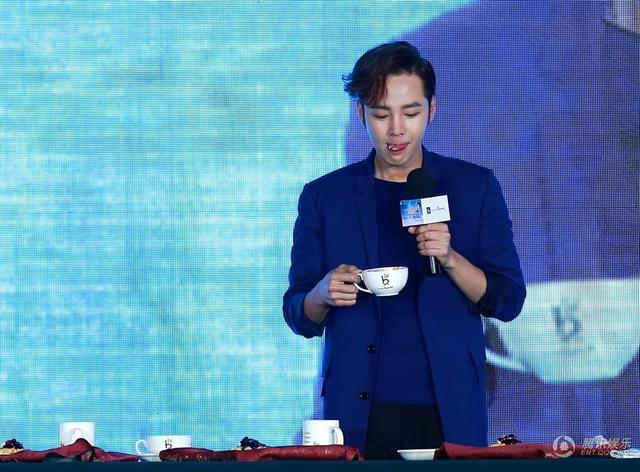[article] JKS showed his cuteness, his love of eating, gave fans short floral pants on stage 14030710451_ce132e8921_z