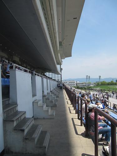 京都競馬場の観覧席2階通路