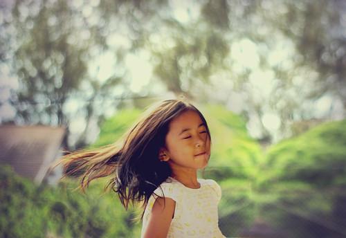 [フリー画像素材] 人物, 子供 - 女の子, 髪がなびく, 人物 - 目を閉じる, インドネシア人 ID:201203100400