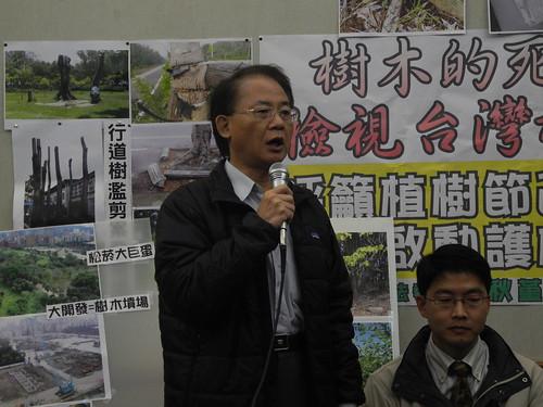 林務局副局長楊宏志針對環團提出的質疑一一作答。