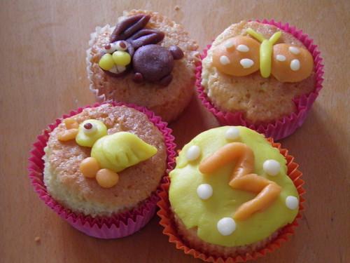 verjaardags- en paas gebakjes marsepein