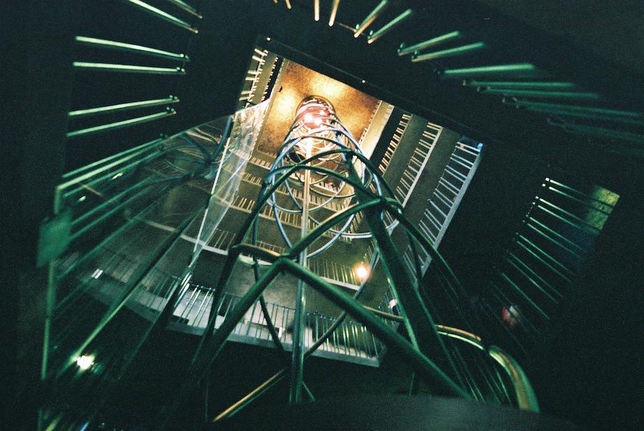 天文鐘觀景台的電梯和樓梯