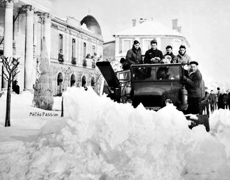 chasse-neige devant la mairie d'Arcachon par 80 cm de neige, lors de la vague de froid de février 1956 météopassion