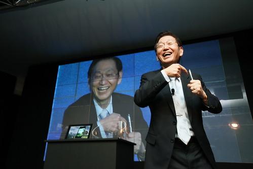 華碩董事長施崇棠親自介紹PadFone及相關配件,獨特藍牙耳機手寫筆不僅可以以流暢筆跡紀錄生活點滴,還能接聽電話