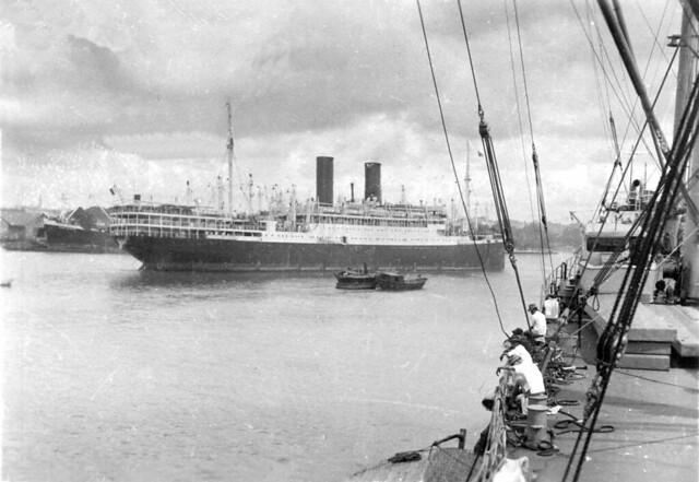 L'Athos II  quittant Saigon le 21 juillet 1948 - Tàu Athos II rời Saigon ngày 21-7-1948