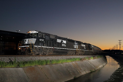train virginia ns grain nighttime roanoke freight norfolksouthern emd graintrain 6737 sd60i 51x ns6737