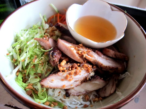 Vermicelli salad with grilled chicken