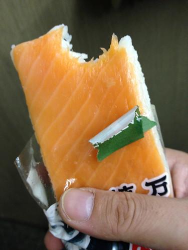 植万 鱒寿司 一口かじった