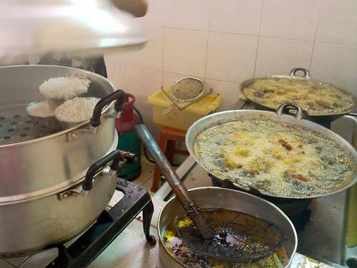Kak Nora's nasi kukus ayam berempah @ Sek 7 - cooking