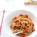 Spaghetti integrali con pomodorini al forno con pesto di olive e capperi