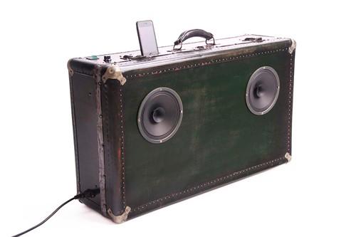 Głośnik ze starej walizki, co zrobić ze starą walizką, jak wykorzystać starą walizkę, Pomysł na starą walizkę, drugie życie rzeczy, ekomeble, vintage,