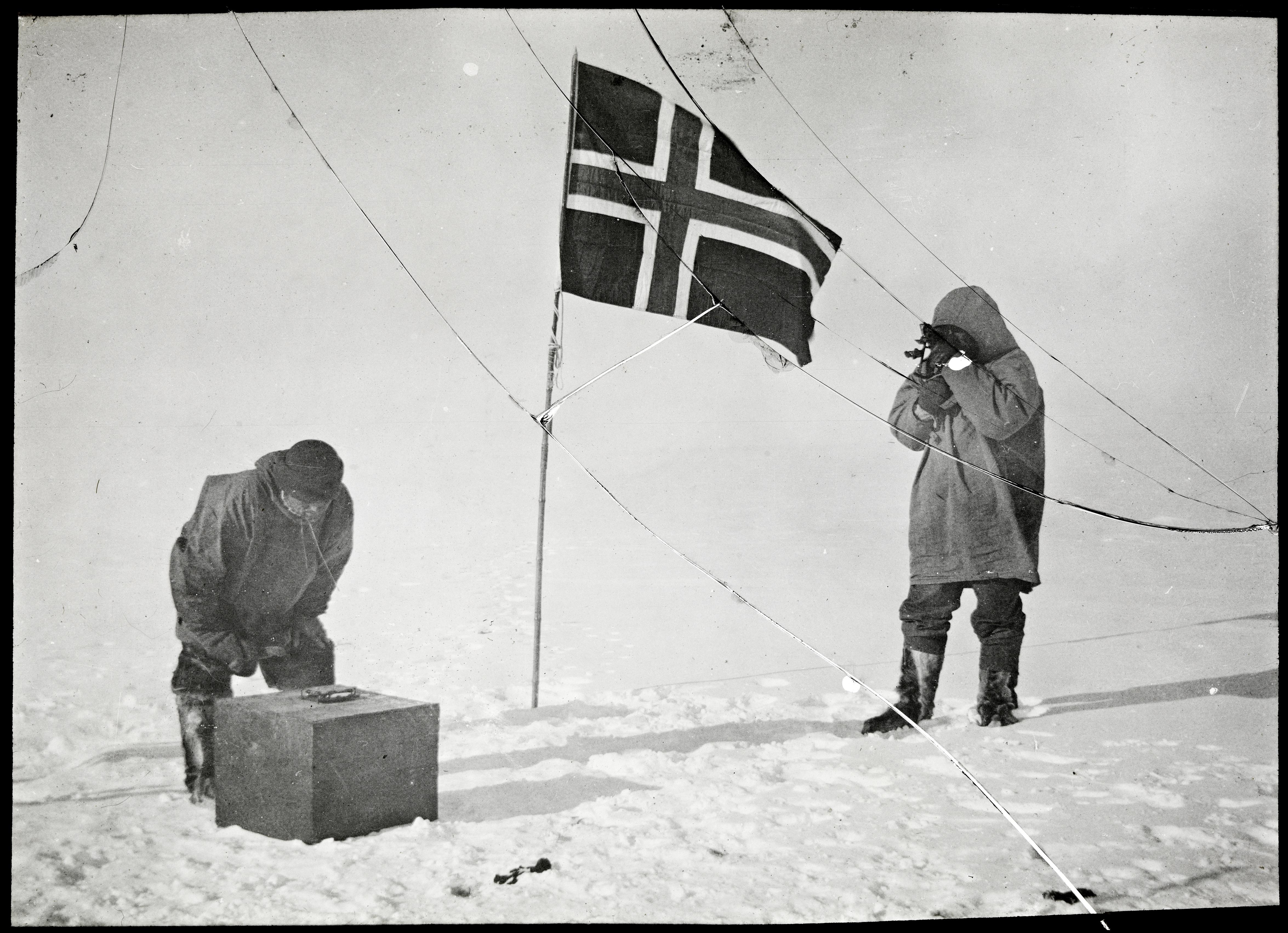 NPRA132. Roald Amundsen og Helmer Hanssen gjør observasjoner på Sydpolen, 1911