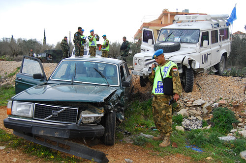 Prajurit POM TNI  handles traffic Accident in Lebanon 5