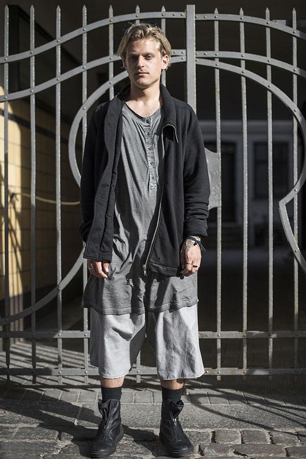黒スウェットジップジャケット×グレーロング丈ヘンリーネックTシャツ×グレーハーフパンツ×黒センタージップブーツ