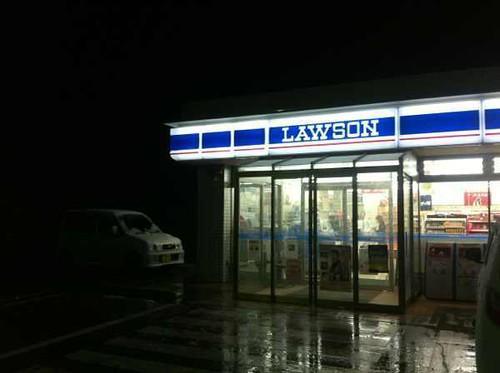 ローソン復活してた! しかし何ヶ月も前の夜に見たときと変わらず、陸前高田市街地はおそろしく真っ暗なままだった。分かってはいたんだけども。