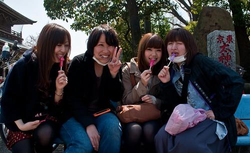 Japonesas chupando caramelos con forma de pene