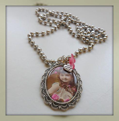 Colar Vintage medalhão menina by Fuxiquices-da-isa