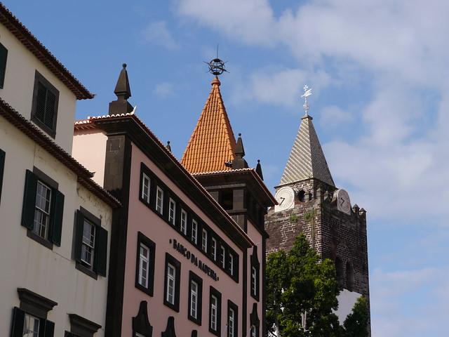 Funchal maison avec une tour au toit carr et clocher de la cath drale s - Toit cathedrale maison ...