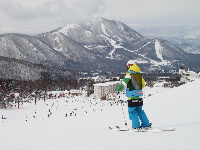 教練小丁準備帶我們滑下2號纜車旁的紅線雪道