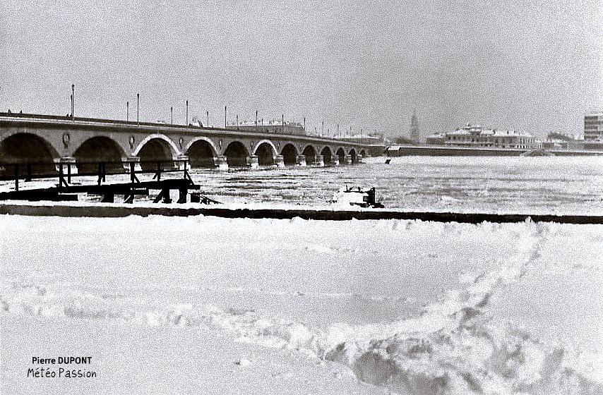 quais de Bordeaux sous la neige et Garonne gelée, lors de la vague de froid de février 1956 météopassion