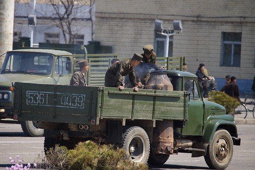 Nordkoreanischer LKW mit Holzvergaser