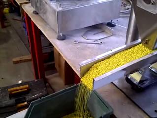 Dosatore a canale vibrante per granuli