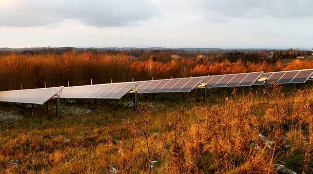 馬塞海姆鎮擁有一座太陽能發電廠,在夕陽照射下,與鋪蓋在草地上薄霜,相互輝映。