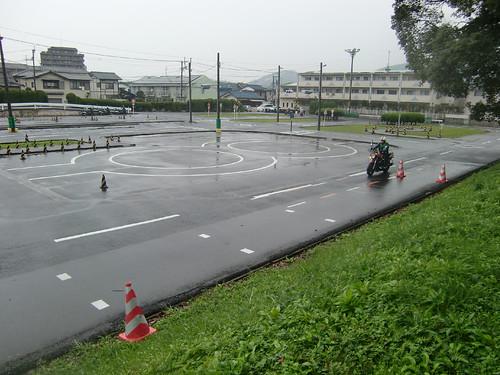 雨の中をバイクが練習中