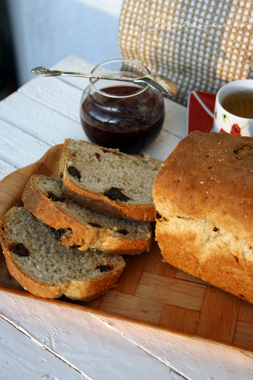 Sweet bread with sesame and dates