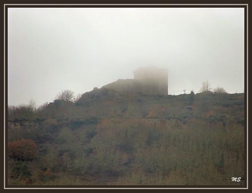 Castelo de Monforte do Rio Livre escondendo-se na névoa