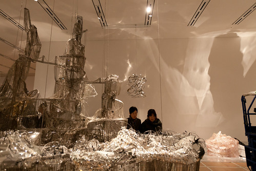 設置されたのは《ブルーノ・タウトに倣って(物事の甘きを自覚せよ)》。幻想都市を想起させる非常に巨大な彫刻作品です。 /