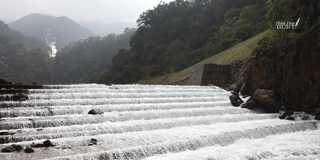 多望上的魚梯和鳩之澤溫泉井的噴氣