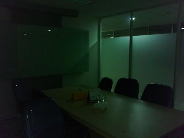 Foto di dalam ruanganan yang kurang cahaya