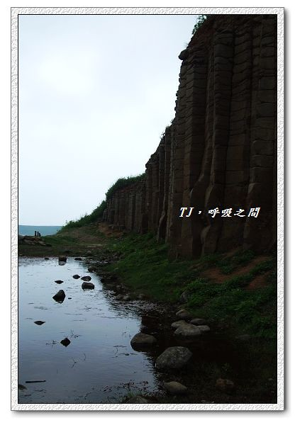 玄武岩壁和海