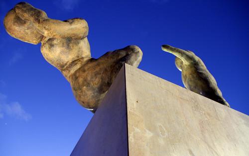 MONUMENTO A LAS VÍCTIMAS DEL TERRORISMO - PLAZA BALUARTE - PAMPLONA by juanluisgx