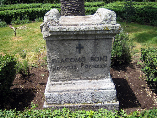 """ROMA ARCHEOLOGIA: """"...Ma anche i giardini con la tomba di Giacomo Boni, il padre dell' archeologia italiana, al centro del Palatino sono una scena di abbandano,"""" in: """"SCANDALOSI – I Fori Imperiali sono ancora un disastro,"""" l'Espresso (02 10 2013)."""