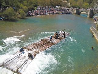 Los almadieros llegan al puente de Burgui (Navarra).