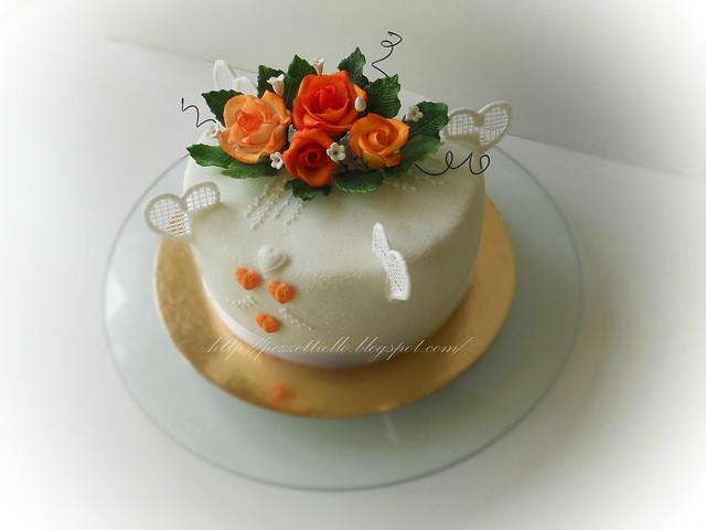 Torta con rose arancio e cuori