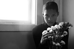 [フリー画像素材] 人物, 子供 - 男の子, モノクロ, 人物 - 花・植物 ID:201202250600